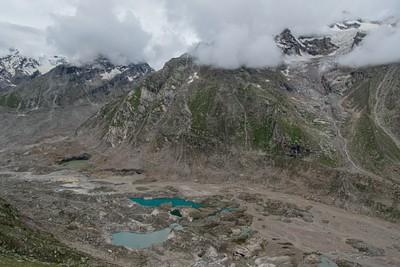 משקיפים על אגמי טורקיז בעמק