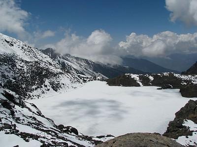 אגם קפוא מתוך כמה שנמצאים בצידי המסלול
