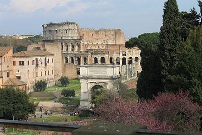 סיור בפורום הרומי - הקולוסיאום והשער המפורסם ברקע