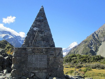אנדרטת זיכרון לזכר אלו שנהרגו בטיפוס על ההר
