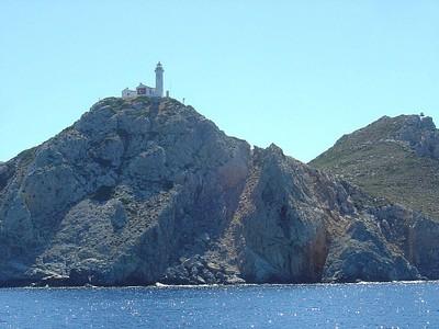 מגדלור טורקי (ובמקרה אונייה טרופה טריה) בדרך לקוס, ממוקם בקצה היבשת הטורקית דרומית לקוס