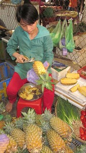 אמנית קילוף אננס בשוק (האננס הכי זול במזרח!)