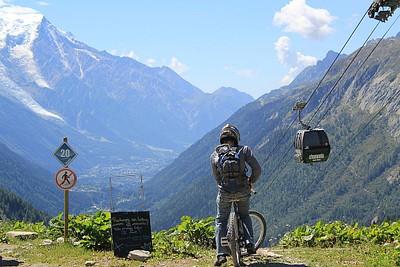 מעל הרכבל ל-le Tour, רוכב האופניים הולך לעשות דאון היל מטורף