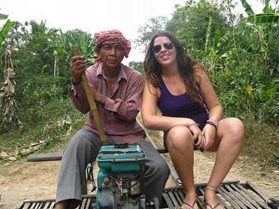 הנהג ואני על הבמבו טריין בדרך לכפר השני.