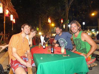 במסעדה עם צוללים נוספים בעיירה KHAO LAK