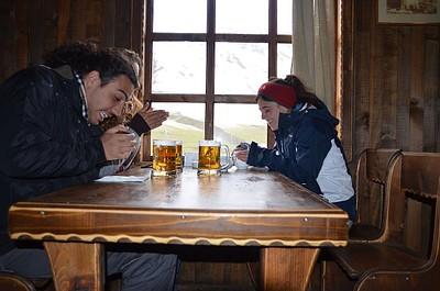מנסים להתחמם ונהנים מקצת בירה - אושגולי
