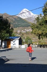 קזבגי (סטפניסמידה) כשברקע בולט הר קזבק