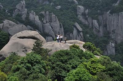 קבוצה סינית מצטלמת על אחת הכיפות הסמוכות