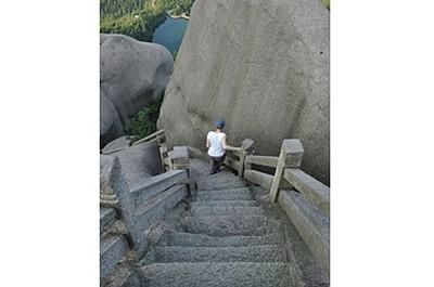 מדרגות בשיפוע של כמעט 90 מעלות