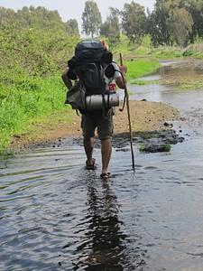 אחת מהפעמים הרבות שנאלצנו לעבור לסנדלים בשל ההצפות הרבות שהיו על המסלול..