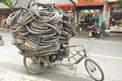 כלי השינוע העיקרי בשנגחאי – האופניים. הכל עולה על האופניים: מוצרי חשמל, ירקות, איסוף פסולת למחזור, קרח, אנשים וכל מה שרק תרצו...