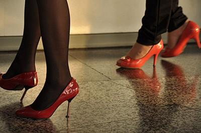 נעלי עקב סיניות נפילה מגובה כזה עשויה להיות מסוכנת