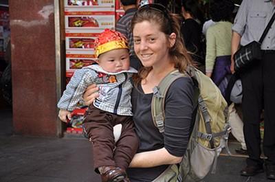 זרקו עליי את התינוק הזה. הסינים אוהבים לצלם את התינוקות שלהם (ולהצטלם) עם פנים מערביות.