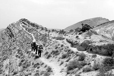 בעלייה על מצלעות המכתש לכיוון הר עדו