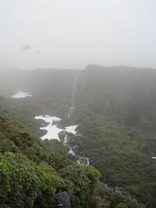 לאורך צלע ההר, עדיין בתוך הענן