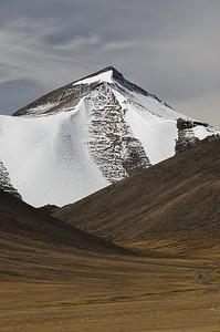אחת הפסגות המקיפות את העמק