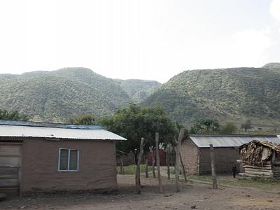 """בתים יוקרתיים בסטנדרט אפריקאי על רקע """"רמת הגולן"""" של אפריקה - רכס נגורונגורו"""