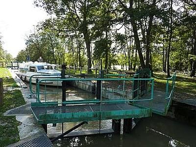 הסירה מחכה להשוואת גובה המים בלוק