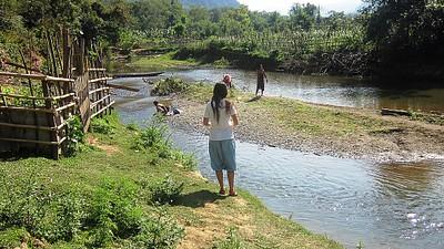 טיול קצר לאורך הנהר במונג נוי