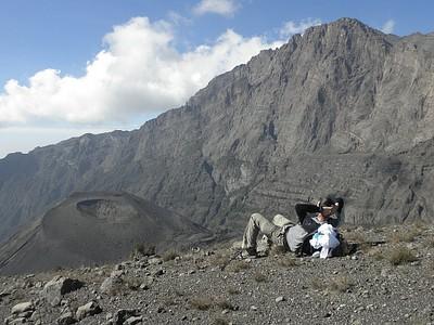השקפה לאחור על הפסגה במהלך הירידה. המצוק הענק הוא בעצם לוע ההר ובתוכו - 'הר' אפר קטן ועגול
