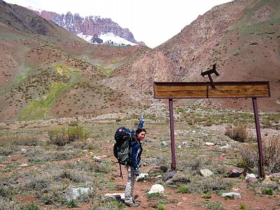 שלט שמצביע על ההר לפני תחילת העלייה