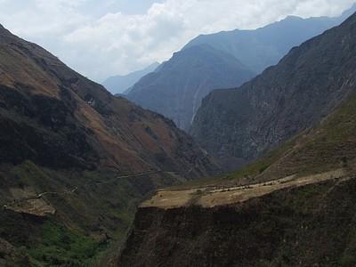 כל הדרך למטה מהעיר צ'וקקיראו לנהר אפורימק ואז עוד עליה ל Tambobamba - Villa los loros