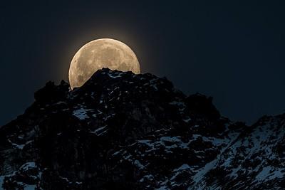 שקיעת הירח מעל ההרים מהתצפית הראשונה