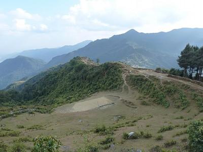 הדרך אל כפר Bhadaure,קיצור להולכי רגל ואפשר לראות גם את ה Panchase Danda