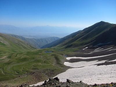 מימין לאגם ובמדרון מהשלוחה בימין התמונה ניתן לזהות את מקבצי הסלעים בדיוק כמו הדקירה בתמונת לוויין
