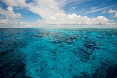 נוף טיפוסי - רק ים בצבע מדהים בכל כיוון