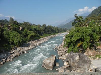 נהר הבורי גנדקי. את רוב הטרק מעבירים לאורכו.