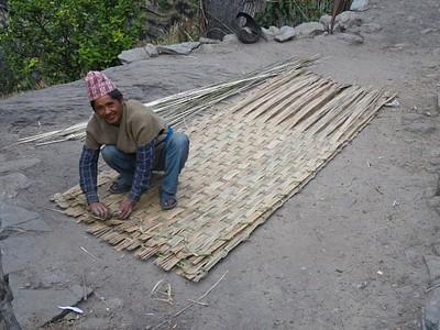 נפאלי מקומי מכין גג (!)