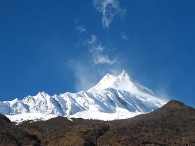 פסגת המנסלו מוקדם בבוקר, חשופה מעננים. הפסגה בגובה 8513 מטרי