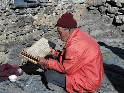 מקומי מבוגר קורא כתבי דת. אולי תהילים?