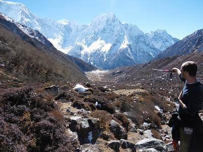 סיימנו את הירידה התלולה מהפס. בקצה רואים את העמק ובו הכפר בימתנג (Bimthang)  אליו אנו יורדים.