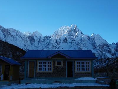 החדר שלנו על רקע ההרים. ברוב שעות היום העמק חשוך ולא מגיע אליו אור השמש.