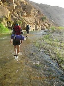 הליכה במים לאורך הנחל