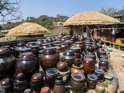 מיכלים להכנת קימצ'י בכפר יאנדונג