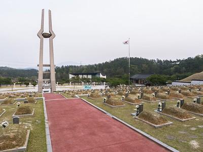בית הקברות מאחורי האנדרטה