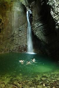 המפל והבריכה