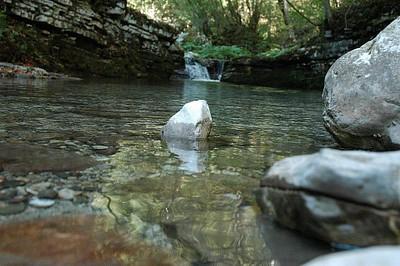 פלגי מים בדרך למפל
