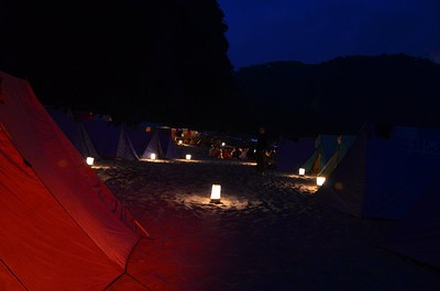 המחנה בלילה