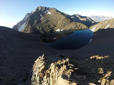 אגם Tebarrai אחרי Cuello de Tebarrai. משמאל אפשר לראות את האוכף של Cuello de l'Infierno/