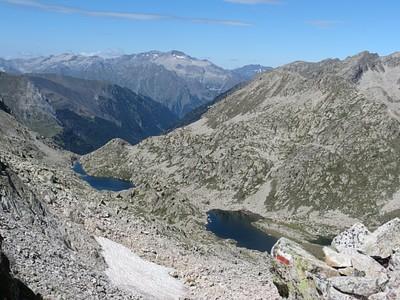 אגמי Ballibernia במבט לאחור. ניתן לראות את פסגת הר Posets ואת העלייה המבולדרת מהאגמים.