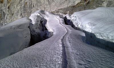 הסדקים המפחידים בשלג. באמצע שביל הממחיש רוחב אדם אחד. בקטע הרחוק של הסדק השמאלי - שם התבצעה הקפיצה המבעיתה מהצד האחד לצד השני