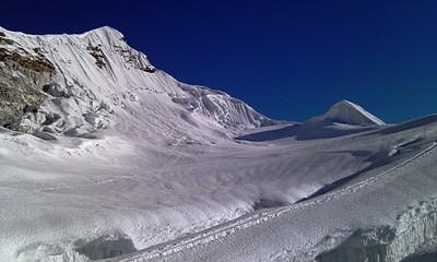 בתחתית הסדק מהתמונה הקודמת. באופק - פסגת ההר. גובה כ-6000 מטר.