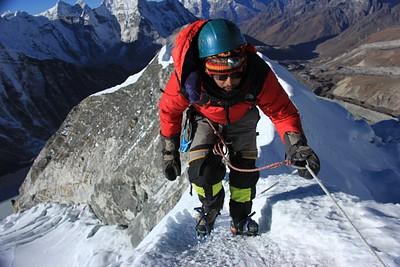 הטיפוס האחרון מהאוכף לפסגה. ניתן לראות את האבטחה ואת התהום משני צידי השביל הצר.