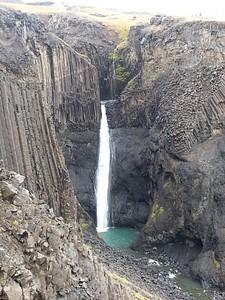 Litlanesfoss (החלק העליון מוסתר על ידי ההר)