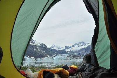 הנוף מהאוהל מול קרחון John Hopkins