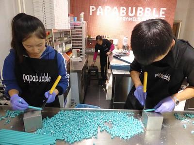 אמנים המכינים ממתקים עם ציורים בפנים, וחותכים אותם לפיסות קטנות